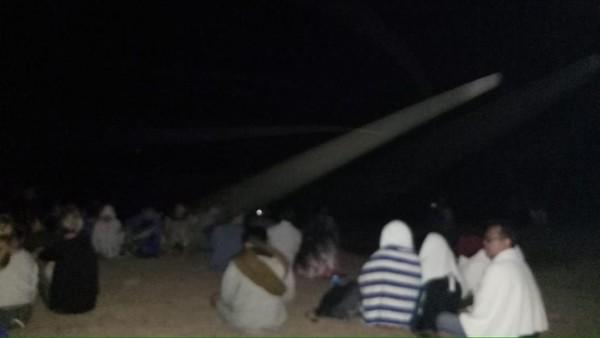 Begini saat turis baik domestik dan mancanegara yang menyelamatkan diri ke atas bukit di Gili Trawangan pada Minggu (5/8) malam (Antik Tri Permana/Istimewa)