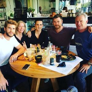 Intip Momen Makan Liam Hemsworth Bareng Keluarga dan Miley Cyrus