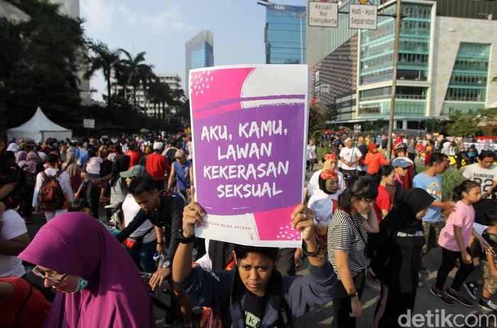 Sejumlah aktivis dari Jaringan Muda Setara melakukan aksi di kawasan Bundaran Hotel Indonesia, Jakarta, Minggu (5/8/2018). Dalam aksinya ini, para aktivis ini meminta agar menghapuskan Undang-Undang kekerasan seksual yang berpihak kepada korban. Grandyos Zafna/detikcom