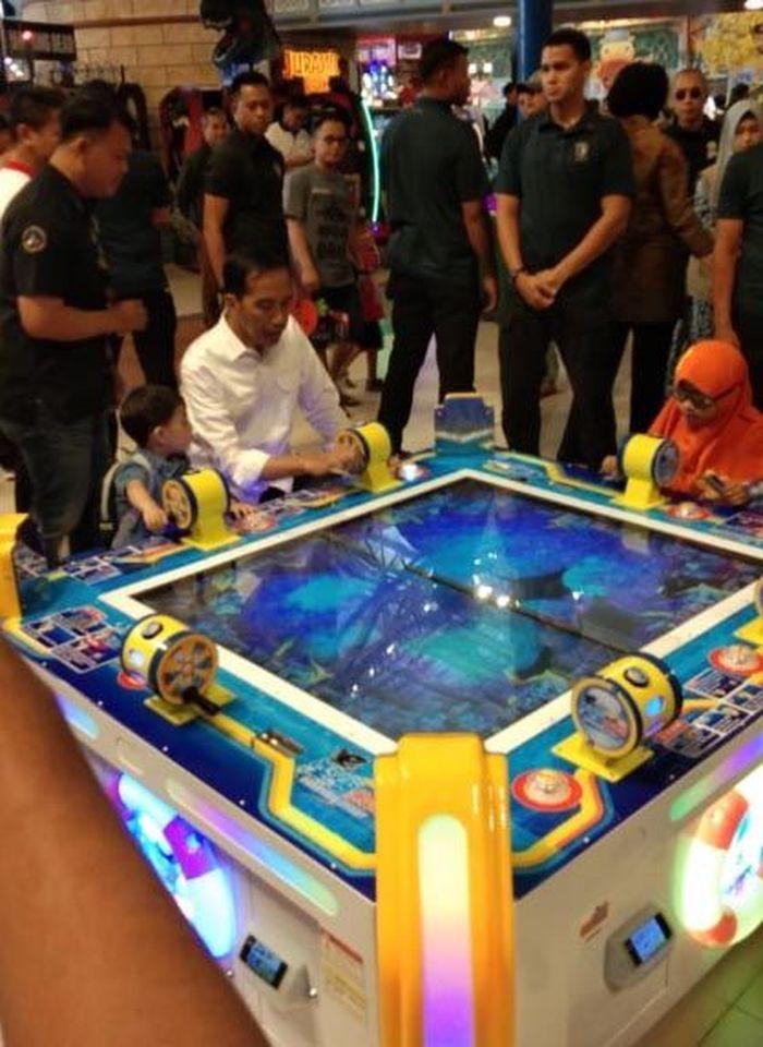 Presiden Jokowi menemani cucunya bermain di Trans Studio Mini Transmart Bogor Yasmin.