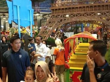 Momen bonding Jokowi dengan cucunya: menggendong dan bicara berdua saja dengan Jan Athes. (Foto: istimewa)