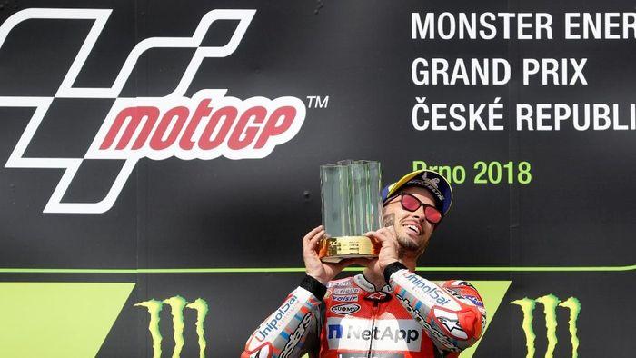 Andrea Dovizioso mengangkat trofi kemenangan MotoGP Republik Ceko di Sirkuit Brno, Minggu (5/8/2018). (Foto: David W Cerny/Reuters)