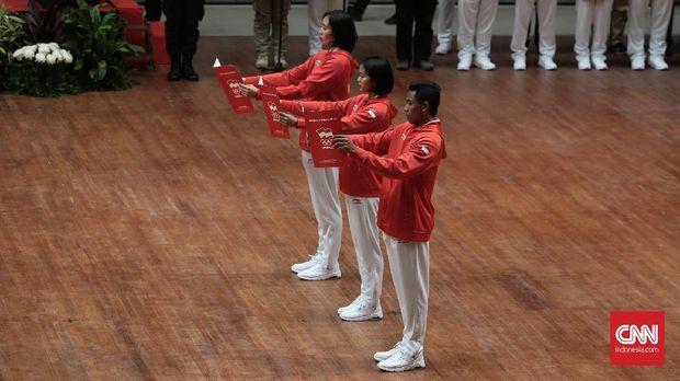 Tiga atlet mewakili kontingen Indonesia dalam pembacaan janji di acara pengukuhan.