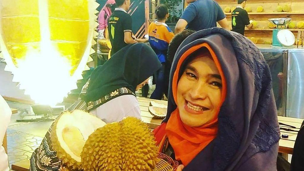 Lahapnya Neno Warisman Saat Cicip Durian dan Makan Siang Bersama Prabowo