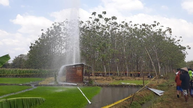 Geger Semburan Air Berpasir Setinggi 30 Meter di Ngawi