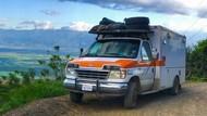 Pria Ini Sulap Ambulans Tua jadi Rumah Berjalan