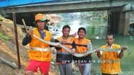 Sanca 3 Meter Kagetkan Petugas Saat Bersihkan Kali Pesanggarahan