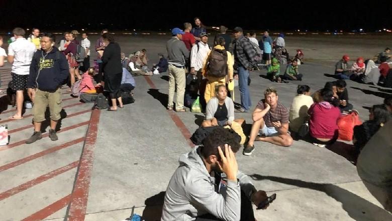 Para wisatawan di Bandara Lombok usai gempa (Dok Istimewa)