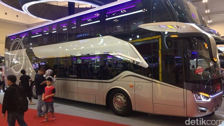 Perusahaan karoseri Laksana turut meramikan ajang Gaikindo Indonesia Auto Show (GIIAS) 2018 dengan meluncurkan produk terbarunya yakni Legacy SR2 Double Decker alias bus tingkat.