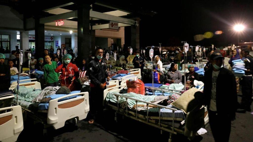Pascagempa NTB, Pasien Dirawat di Halaman Rumah Sakit