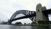 Memanjat Jembatan Sydney Harbour Bisa Didenda Rp 220 Juta