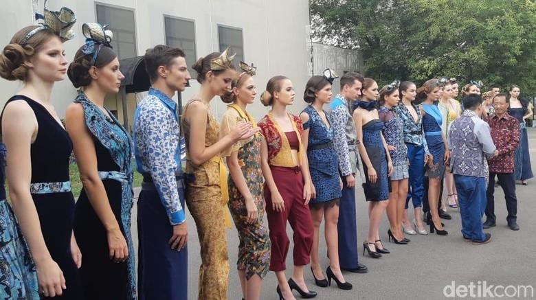 Lenggak-lenggok Model Rusia Berbusana Batik di Festival Indonesia 2741eece96