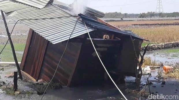 Rumah pompa air tampak miring akibat tanah yang ambles