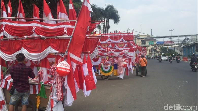 Pedagang Bendera di Jatinegara Gelar Lapak di Trotoar hingga Jalanan