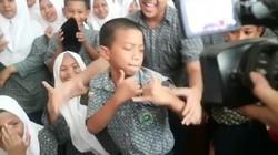 Awalnya bocah dari Makassar ini bikin heboh karena takut disuntik imunisasi MR. Tapi akhirnya malah bikin ngakak dengan gayanya.