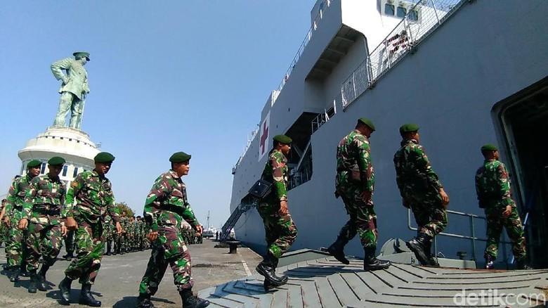 TNI Terjunkan Tim Medis dan Logistik ke Korban Bencana Lombok
