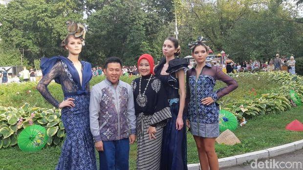 Desainer Ferry Sunarto bersama Atalia. Keduanya senang fashion show kembali digelar di Festival Indonesia