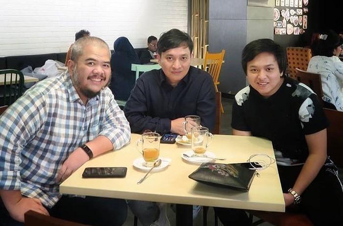 Pemilik nama lengkap Arsy Utungga Widianto ini sedang makan bareng ayahnya dan Indra Aziz. Tak sekadar makan, mereka sepertinya membicarakan proyek baru. Bakal seru nih!, tulis Arsy di keterangan foto. Foto: Instagram arsywidianto