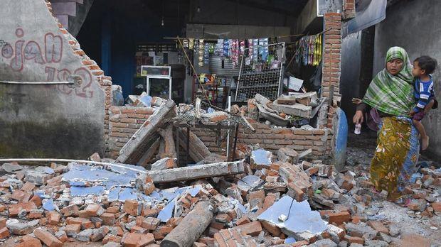 Kios yang temboknya roboh pascagempa bumi di Dusun Lendang Bajur, Kecamatan Gunungsari, Lombok Barat, NTB, Senin (6/8).