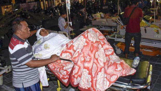 Suadah (41), korban gempa bumi, di halaman Rumah Sakit Kota Mataram, NTB, Minggu (5/8).