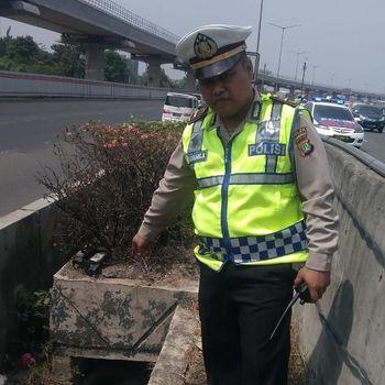 Polisi menunjukkan lokasi penemuan mayat di Tol Halim
