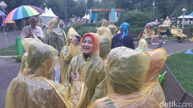 Tampak istri Gubernur terpilih Jawa Barat Ridwan Kamil, Atalia Praratya, tetap menyaksikan acara meski hujan