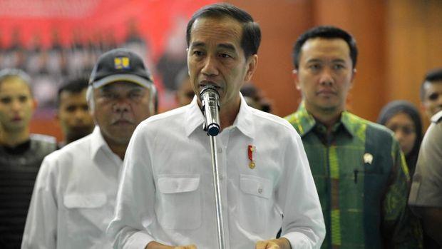 Presiden Joko Widodo (tengah), memastikan akan mengganti kerusakan bangunan akibat gempa NTB, di TMII, Jakarta, Senin (6/8)