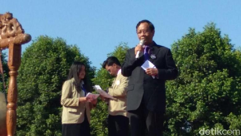 Mahfud MD Serukan Persatuan Saat Berorasi di Depan Ribuan Maba UGM