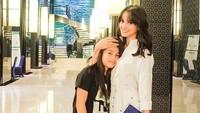 Ririn Ekawati saat bersama putri tercintaterlihat cantik saatmengenakan kemeja putih dipadu sepatu wedgesnya. Foto: Dok. Instagram/ Ririn Ekawati