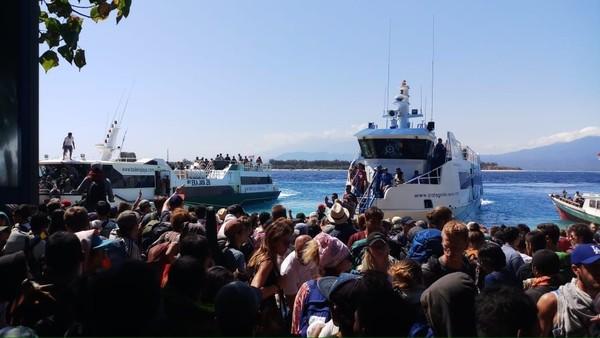 Begini evakuasi dari tim SAR yang mengangkut turis di Gili Trawangan menuju Pelabuhan Bangsal (Antik Tri Permana/Istimewa)