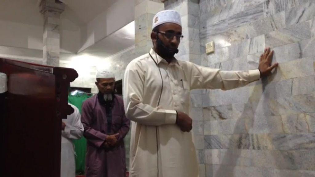 Sosok Imam di Bali yang Tetap Khusyuk Salat Saat Gempa