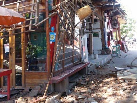 Bangunan-bangunan yang rusak di Gili Trawangan akibat gempa