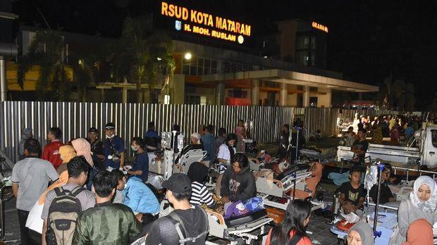 Pasien dievakuasi ke parkiran rumah sakit Kota Mataram pascagempa bumi berkekuatan 7 SR di Mataram, NTB, (5/8).