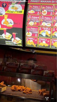Bukan Resto Mahal, Chrissy Teigen Pilih Makan Fried Chicken Murah di Bali