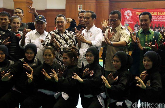 Jokowi berfoto dengan para atlet.