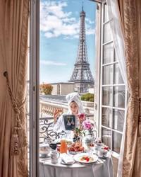 Duh fotonya cantik banget dengan latar belakang Menara Eiffel di Paris. Bikin iri! (ec24m/Instagram)