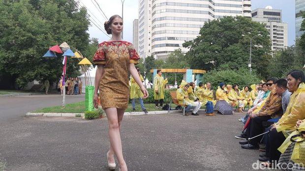 Lenggak-lenggok model dalam balutan busana kain Indonesia