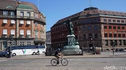 Salah satu fasilitas umum di Kopenhagen yang memanjakan pesepeda adalah Cykelslangen. Jalan layang melintasi pelabuhan ini didesain khusus hanya untuk sepeda.
