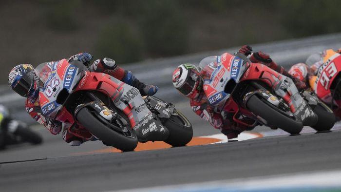 Andrea Dovizioso bertarung dengan Jorge Lorenzo di MotoGP Republik Ceko. (Foto: Mirco Lazzari gp/Getty Images)