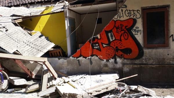 Tembok-tembok di jalanan Gili Trawangan pun roboh (Austin Gusman/Istimewa)