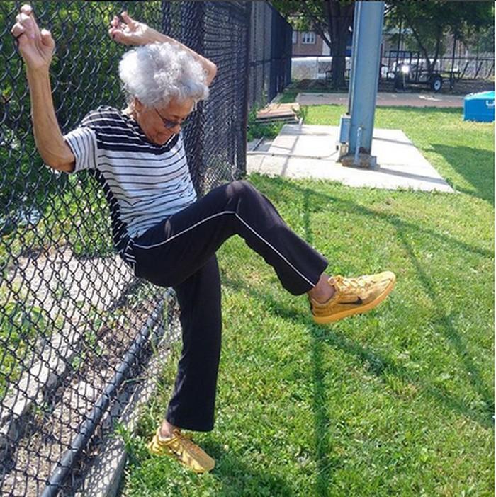 Ida selalu melakukan pemanasan dan peregangan sebelum berolahraga. (Foto: Instagram/healthypast100)