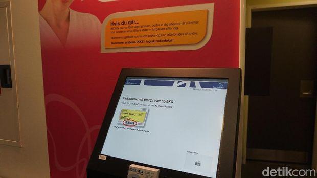 Tiap warga Denmark memiliki kartu kuning yang bisa dibaca dengan alat ini. Di dalamnya tersimpan semua informasi terkait riwayat kesehatan pemilik kartu.
