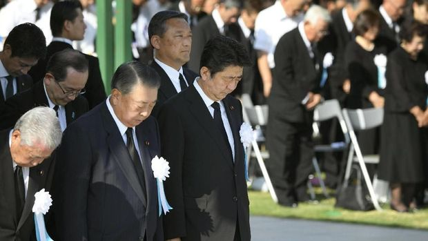 PM Jepang Shinzo Abe mengheningkan cipta saat peringatan 73 tahun bom atom Hiroshima
