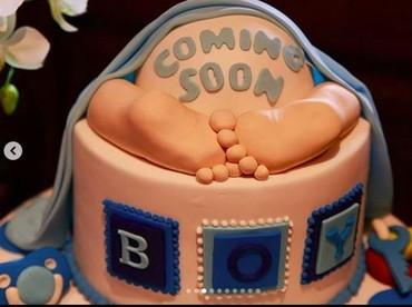 Anak kedua Happy Salma yang bakal segera lahir ini diprediksi berjenis kelamin laki-laki. Di momen ini, Happy Salma mendapatkan kue unik bertuliskan Boy. (Foto: Instagram @happysalma).