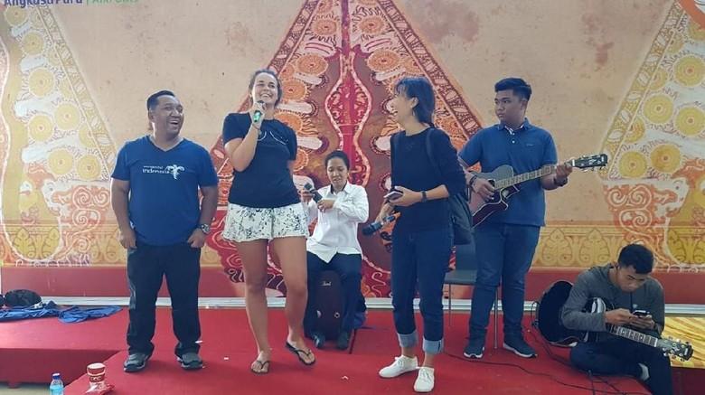 Turis yang ikut bernyanyi di panggung, Bandara Lombok (dok TCC Kemenpar)