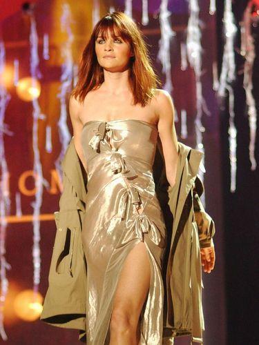 Supermodel senior  Helena Christensen ternyata suka belanja baju bekas.