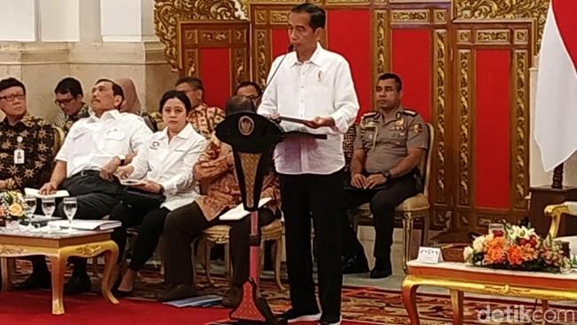 Jokowi pimpin sidang kabinet paripurna pakai sneakers/Foto: Andhika Prasetia/detikcom