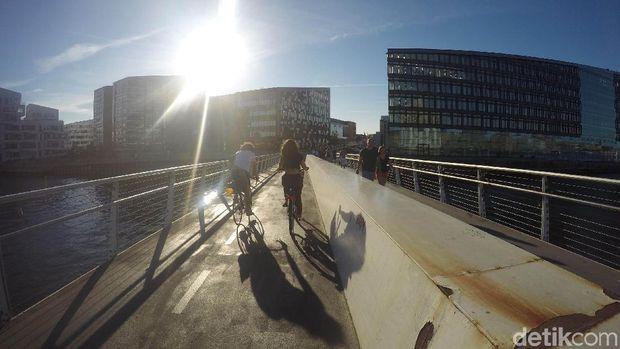 Jalur khusus untuk sepeda membentang di segala penjuru Kota Kopenhagen.