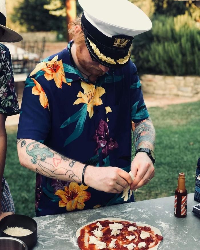 Musisi bernama lengkap Edward Christopher Sheeran ini sangat menyukai pizza. Racikan pizza iniia buat ketika berada di Jerman. Making pizzas in Germany, tulisnya.Foto: Instagram teddysphotos