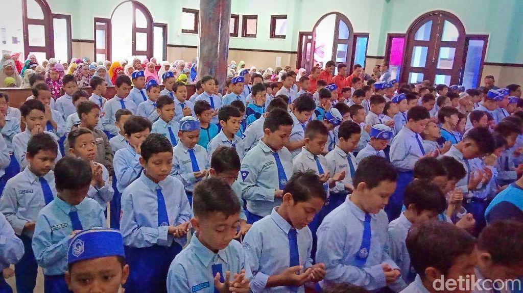 Pelajar SD di Kediri Salat Gaib dan Galang Dana Korban Gempa Lombok
